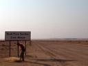 kurzer test, ob das schild selbst auch auf einem staubfreien abschnitt lag. tat es übrigens nicht. || foto details: 2007-09-03, swakopmund, namibia, Sony F828.
