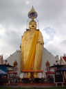 riesiger stehener buddha, wat intharawihan
