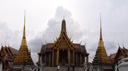 panorama: der k&ouml;nligliche pantheon (prasat phra thep bidon) und zwei der goldenen chedis