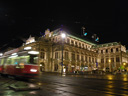 wiener opernhaus und strassenbahn