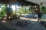 Traditionelle Palusami-Zubereitung in Samoa: Die Steine für den Erdofen werden erhitzt. (Foto: Markus Nolf / Vom Essen Besessen)
