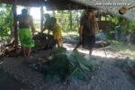 Traditionelles Kochen in Samoa: Der Erdofen wird zur Wärmeisolation mit Blättern belegt. (Foto: Markus Nolf / Vom Essen Besessen)