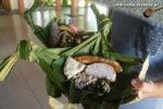 Traditionelle Küche in Samoa: Palusami (unten rechts), Brotfrucht, Taro und Kochbanane im Palmblatt-Teller. (Foto: Markus Nolf / Vom Essen Besessen)