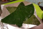 Palusami Zubereitung: Aus Alufolie 5-6 Quadrate von ca. 30 x 30 cm auflegen. Darauf kommen ca. 4 Schichten Taro-/Spinat-Blätter.