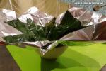 Palusami Zubereitung: Die Alufolie/Blatt-Stapel jetzt entweder in einer Hand leicht in eine Mulde formen, oder vorsichtig in kleine Schüsseln drücken, um ihnen genügend Innenraum für die Füllung zu geben.